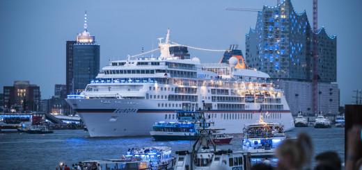 MS EUROPA bei der Auslaufparade der Blauen Stunde während der Hamburg Cruise Days. Foto: Hapag-Lloyd Kreuzfahrten