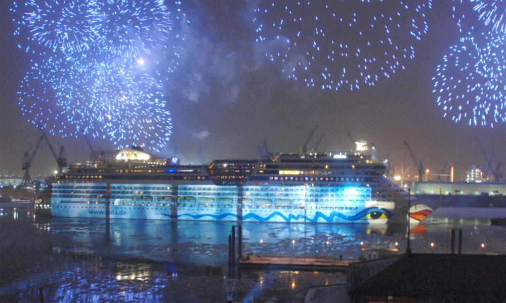 AIDAblu Taufe mit Feuerwerk in Hamburg