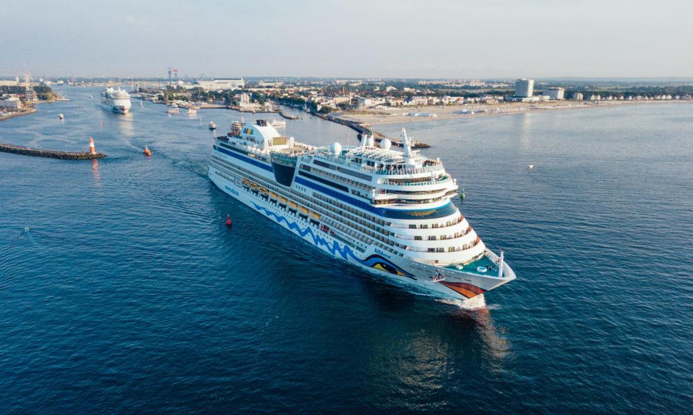 AIDAmar und AIDAbella in Warnemünde. Foto: AIDA Cruises / Felix Gaensicke