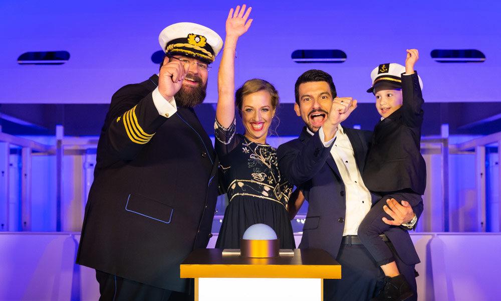AIDAnova Taufe mit Kapitän und Tauffamilie. Foto: Ulrich Perrey / AIDA Cruises
