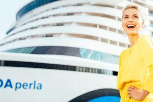 Taufpatin Lena Gercke vor AIDAperla. Foto: AIDA Cruises