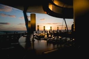 AIDAprima Bar im Sonnenuntergang Foto: Mister & Misses Do / Kreuzfahrtpiraten