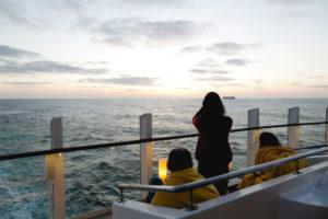 Sonnenuntergang an Deck von AIDAprima. Foto: Mister & Misses Do / Kreuzfahrtpiraten