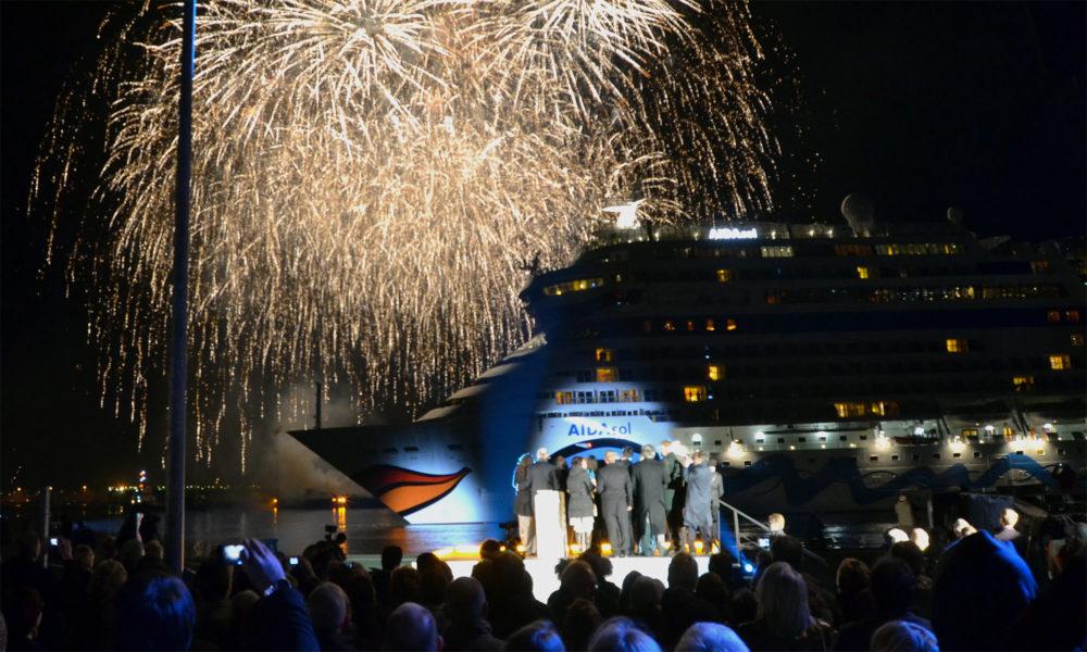 AIDAsol Taufe mit Feuerwerk in Kiel