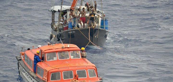 Albatros-Crew rettet Fischbord im Südpazifik. Foto: Phoenix Reisen