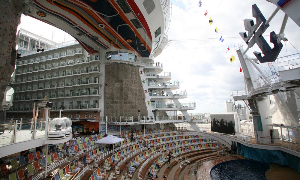 Aqua Theater und Kletterwand auf der Allure of the Seas. Foto: Royal Caribbean International