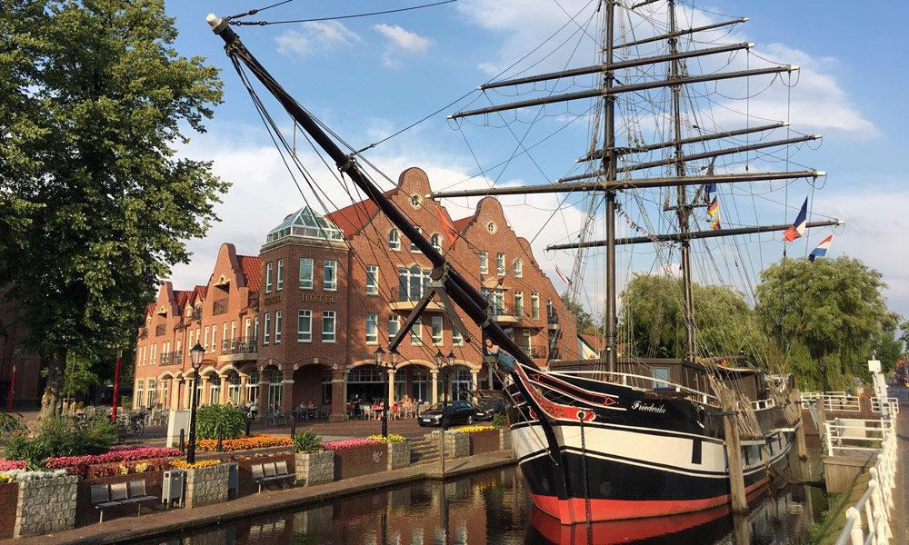 Arkadenhaus und Museumschiff-Friederike von Papenburg