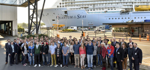 Auszubildende und Studenten auf der Meyer Werft vor der Quantum of the Seas . Foto: Meyer Werft