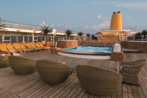 Entspannung im Poolbereich der neoRiviera. Foto: Costa Crociere