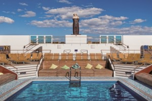Blick auf den Poolbereich der neoRomantica. Foto: Costa Crociere