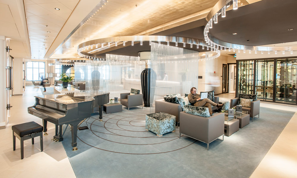 Piano Bar im Atrium auf der EUROPA 2. Foto: Hapag-Lloyd Cruises