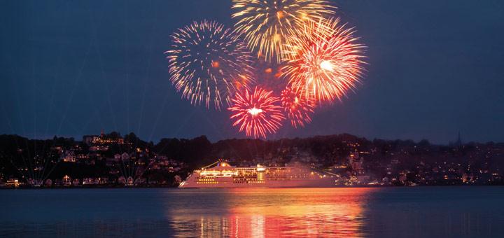 Feuerwerk vor der EUROPA 2. Foto: Hapag-Lloyd Cruises