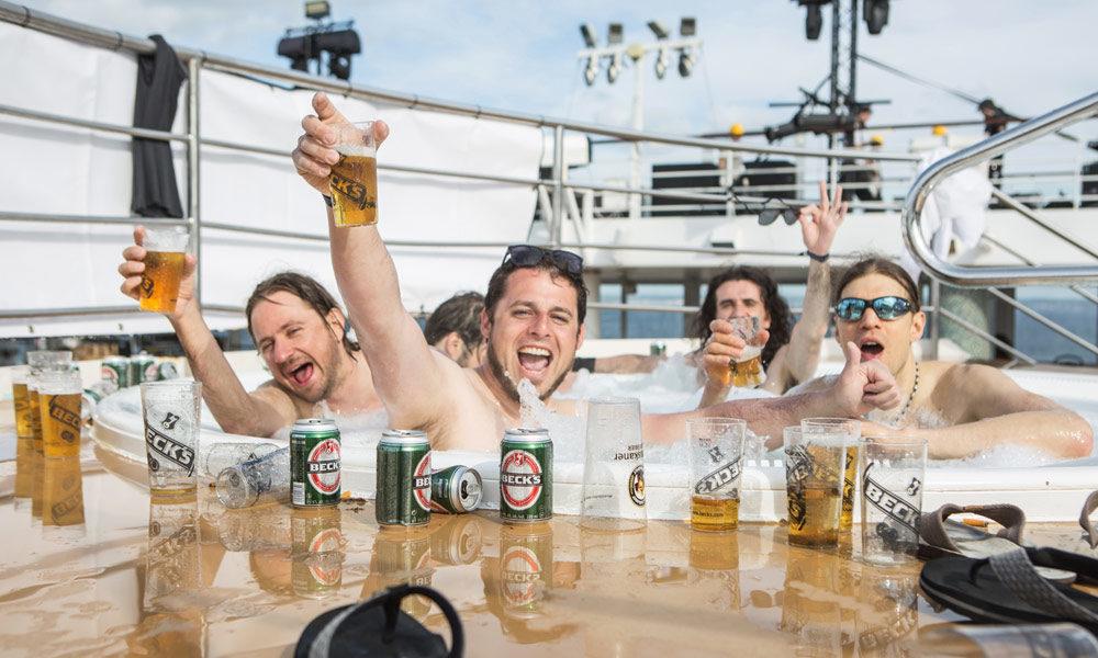 Full Metal Cruise: Bier im Pool. Foto: TUI Cruises