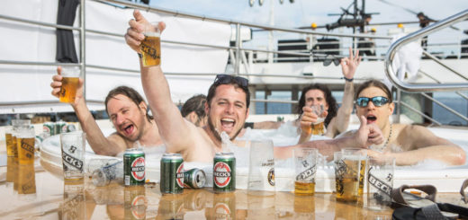 Full Metal Cruise: Bier im Pool. Foto: TUI Cruises