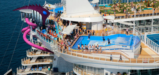 Pooldeck und FlowRider auf der Harmony of the Seas. Foto: Royal Caribbean International