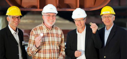 Vertreter von Reederei und Werft bei der Kiellegung der Norwegian Escape auf der Meyer Werft in Papenburg. Foto: Meyer Werft