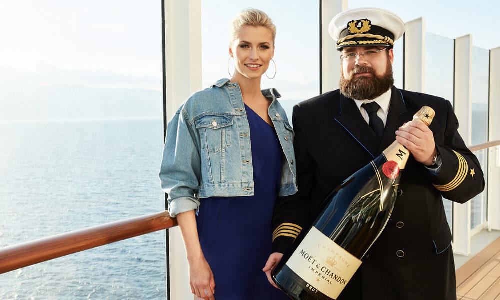 Taufpatin Lena Gercke und Kapitän Boris Becker auf AIDAperla. Foto: AIDA Cruises