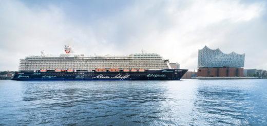 Mein Schiff 5 vor der Elbphilharmonie in Hamburg. Foto: TUI Cruises