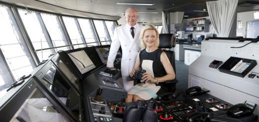 Kapitän Kjell Holm und Taufpatin Iveta Apkalna bei der Taufe der Mein Schiff 6 in Hamburg. Foto: TUI Cruises