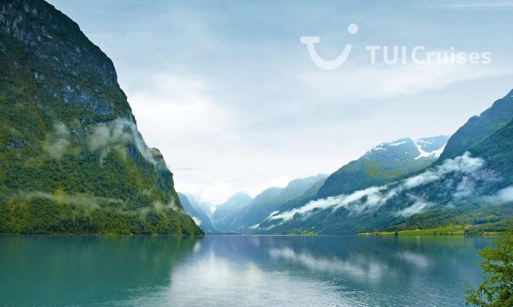 Mein Schiff im Geirangerfjord. Foto: TUI Cruises
