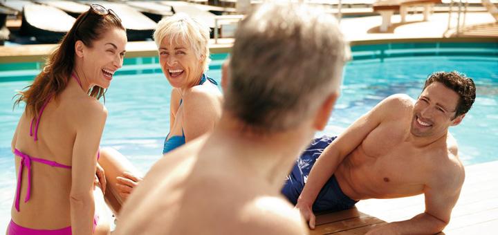 Zusammen am Pool auf Mein Schiff. Foto: TUI Cruises