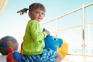 Kinder spielen auf dem Mein Schiff Deck. Foto: TUI Cruises