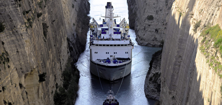 MS Berlin im Kanal von Korinth. Foto: FTI Cruises