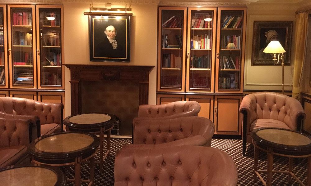 Bibliothek in der Adlon-Lounge auf der MS Deutschland. Foto: Martin Schuster / Kreuzfahrtpiraten