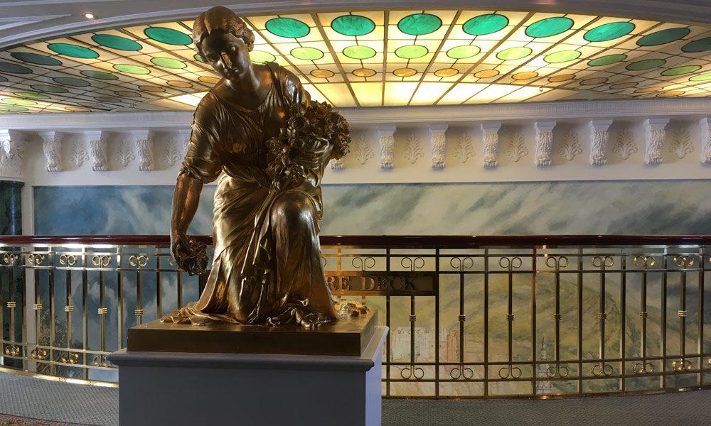 Skulptur auf dem Kommodore-Deck der MS Deutschland. Foto: Martin Schuster / Kreuzfahrtpiraten