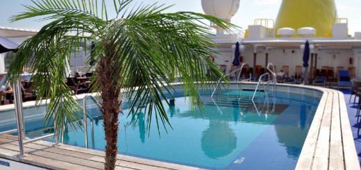 Pool der MS HAMBURG. Foto: PLANTOURS Kreuzfahrten