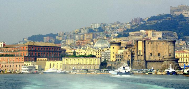 Blick auf Neapel mit Castel Nuovo, Molo Beverello und Palazzo Reale. Foto: Stefanie Claus
