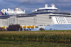 Die Quantum of the Seas bei der Ems-Überführung von Papenburg in Richtung Nordsee. Foto: Royal Caribbean International