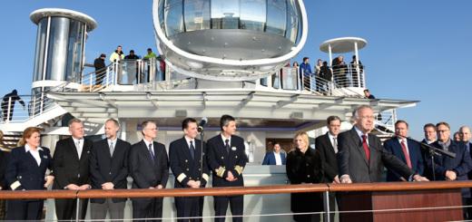 Vertreter der Reederei Royal Caribbean und der Meyer Werft bei der Übergabe der Quantum of the Seas in Bremerhaven. Foto: Meyer Werft