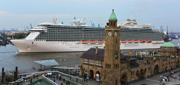Regal Princess beim Erstanlauf in Hamburg. Foto: Hamburg Cruise Center