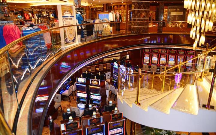 Shops im Atrium der Regal Princess. Foto: Udo Horn