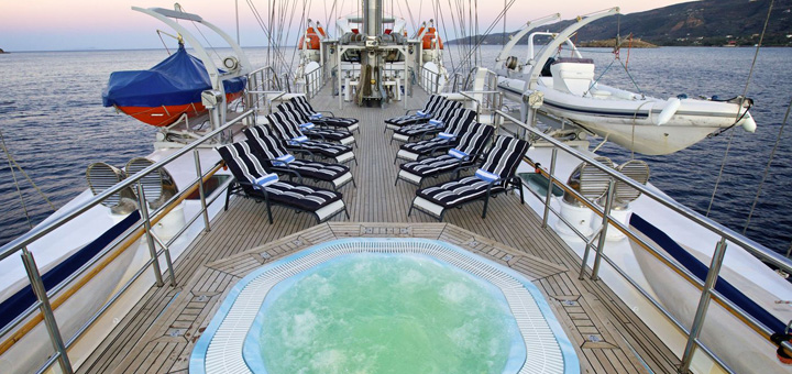 Pool an Deck der Running on Waves. Foto: Bow Line