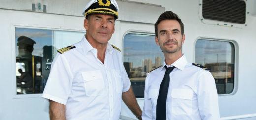 Traumschiff-Kapitän Burger (Sascha Hehn) und der junge Offizier Florian (Florian Silbereisen) in Das Traumschiff: Tansania. Foto: Dirk Bartling / ZDF