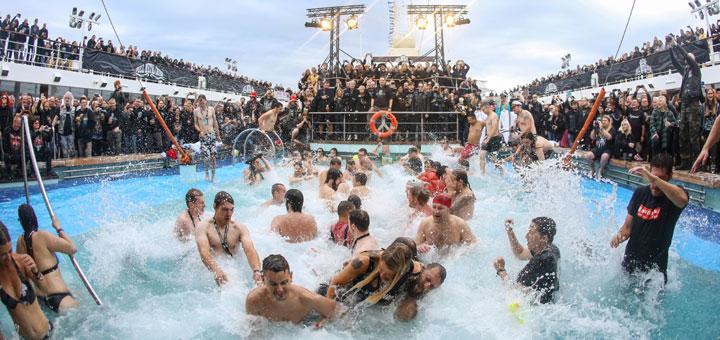 Full Metal Stimmung auf dem Pooldeck der Mein Schiff. Foto: TUI Cruises