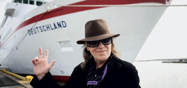 Rocker Udo Lindenberg vor dem Traumschiff. Foto: Reederei Peter Deilmann