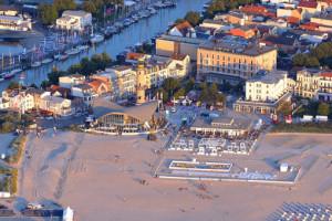 Warnemünde: Strand, Leuchtturm und Teepott. Foto: Manfred Sander