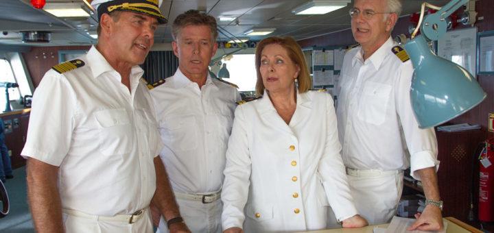 Die Crew des Traumschiffes auf der Brücke. Foto: Dirk Bartling / ZDF