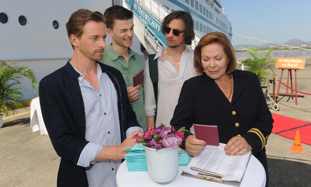 Beatrice vor dem Traumschiff. Foto: Dirk Bartling / ZDF